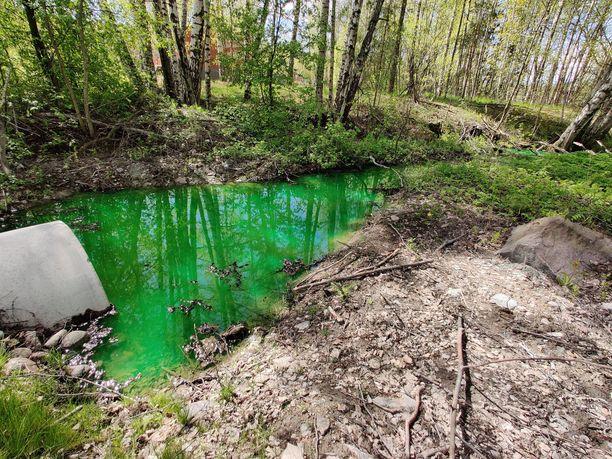 Fortumin mukaan vesi värjätään vihreäksi, jotta kaukolämpöverkon vuodot olisi helpompi havaita.