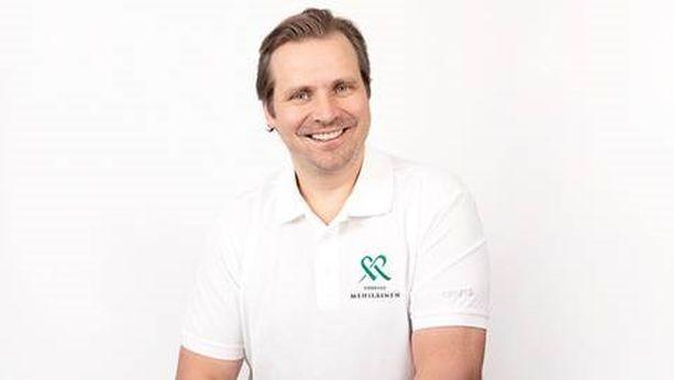 Entinen jääkiekkopuolustaja ja olympiamitalisti Tuomas Grönman liputtaa ennaltaehkäisevän mielenterveystyön puolesta.