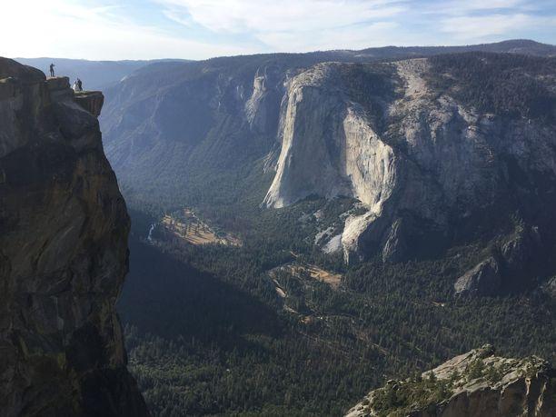 Kuvan yläreunassa vasemmalla näkyvä Taft Point on suosittu näköala- ja kuvauspaikka, josta aukeaa maisema kiipeilijöiden suosiossa olevalle pystysuoralle El Capitan -kallioseinälle.