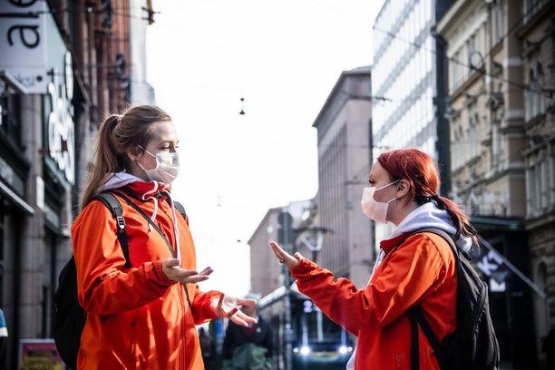 Korona-aikaan voi olla turhauttavaa puhua toiselle, koska ilmeet jäävät maskin peittoon. Avuksi voi ottaa ilmeikkäät kädet!