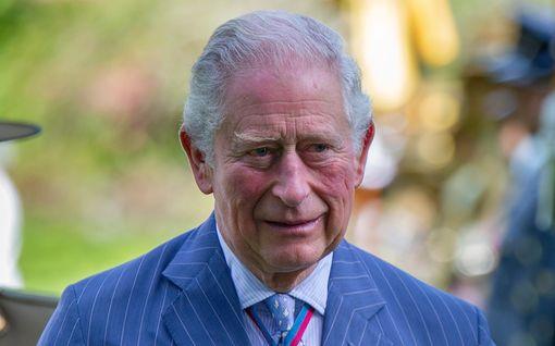 Prinssi Charles täytti 72 - koko muu perhe Harrya lukuun ottamatta onnitteli somessa lämpimästi