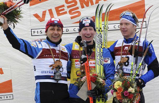 Jaak Mäen (vas.), Lukas Bauerin ja Ville Nousiaisen riemua Otepään palkintopallilla.