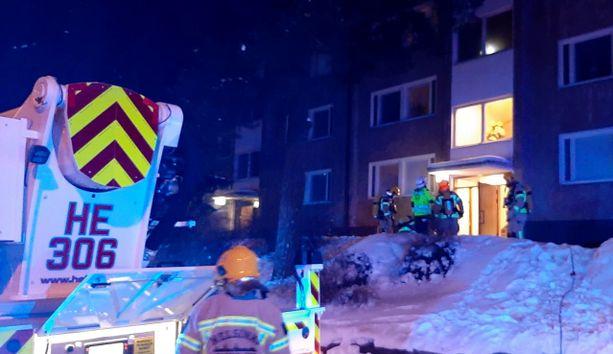 Kerrostalon huoneisto syttyi palamaan torstain vastaisena yönä Ulvilantiellä Helsingin Munkkivuoressa.