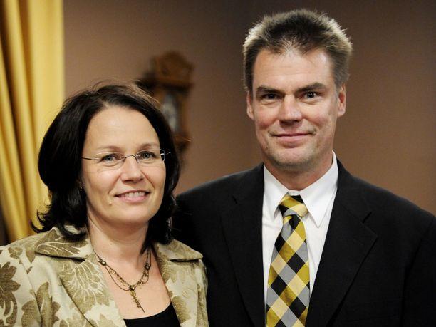 Raimo ja Leena Helminen juhlivat 30-vuotishääpäiväänsä.