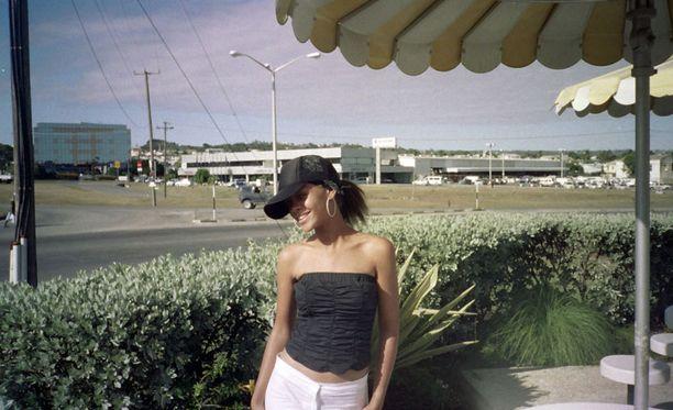 15-vuotias Rihanna poseeraa paikallisen Chefette-pikaruokalan edessä kotikaupungissaan St Michaelissa Barbadoksella.