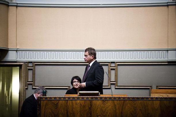Presidentti Sauli Niinistö toimi eduskunnan puhemiehenä vuonna 2011, kun avokätinen sopeutumiseläke muutettiin hänen aloitteestaan kohtuullisemmaksi sopeutumisrahaksi. Vanhojen kansanedustajien etuuksia ei sentään leikattu.