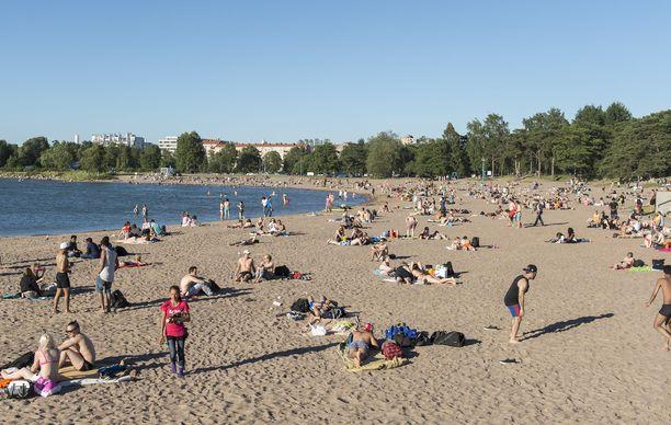 Meriveden lämpötila on Suomenlahdella jopa 16 astetta. Uimavedet ovat nyt 2–7 astetta ajankohdalle tyypillistä lämpötilaa korkeampia. Kuvituskuvaa Hietaniemen uimarannalta.