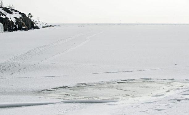 Jäällä liikkumiseen on syytä kiinnittää erityistä varovaisuutta lähipäivinä, kun pakkanen heikkenee.