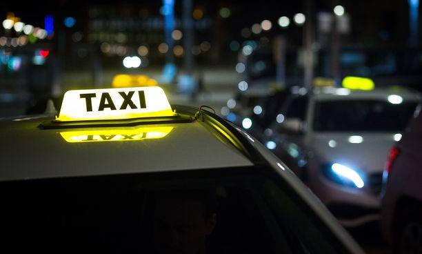 Takseja Tampereen keskustorin taksitolpalla.