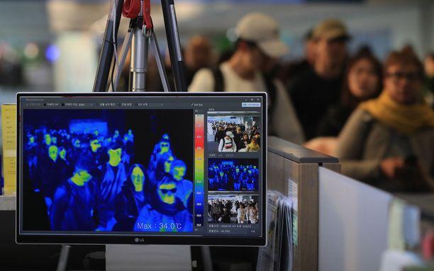 Soulin Incheonin kansainvälisellä lentokentällä mitattiin torstaina 23. tammikuuta matkustajien lämpötiloja koronaviruksen varalta.