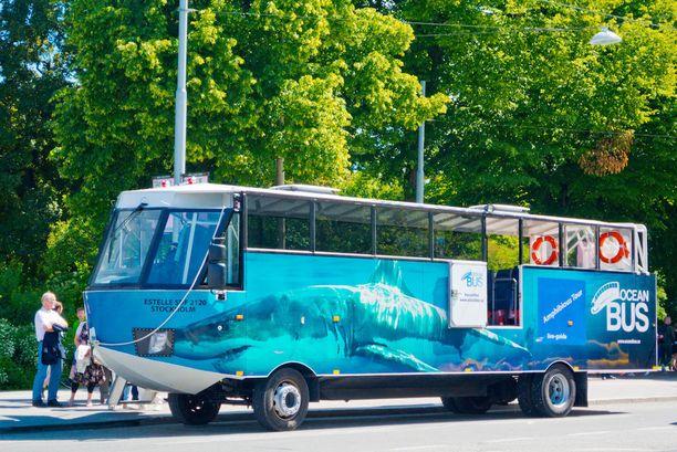Amfibiobussi kulkee sekä maalla että vedessä.