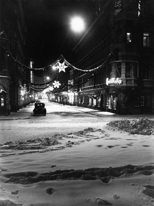 Aleksanterinkadun jouluvalot syttyivät ensimmäisen kerran vuonan 1949. Vuonna 1938 Kluuvikatu toimi joulukatuna.