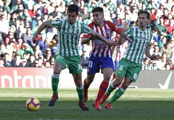 Real Betis kaatoi Atletico Madridin 1-0 Sergio Canalesin (oikealla) rankkarimaalilla.
