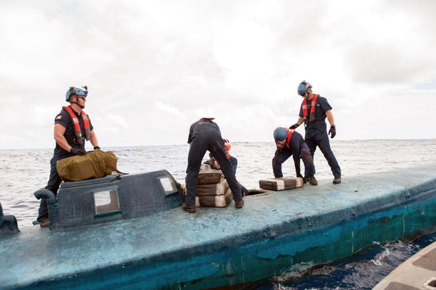 Yhdysvaltojen rannikkovartiosto nosti kokaiinia puolisukellusveneestä 2015.