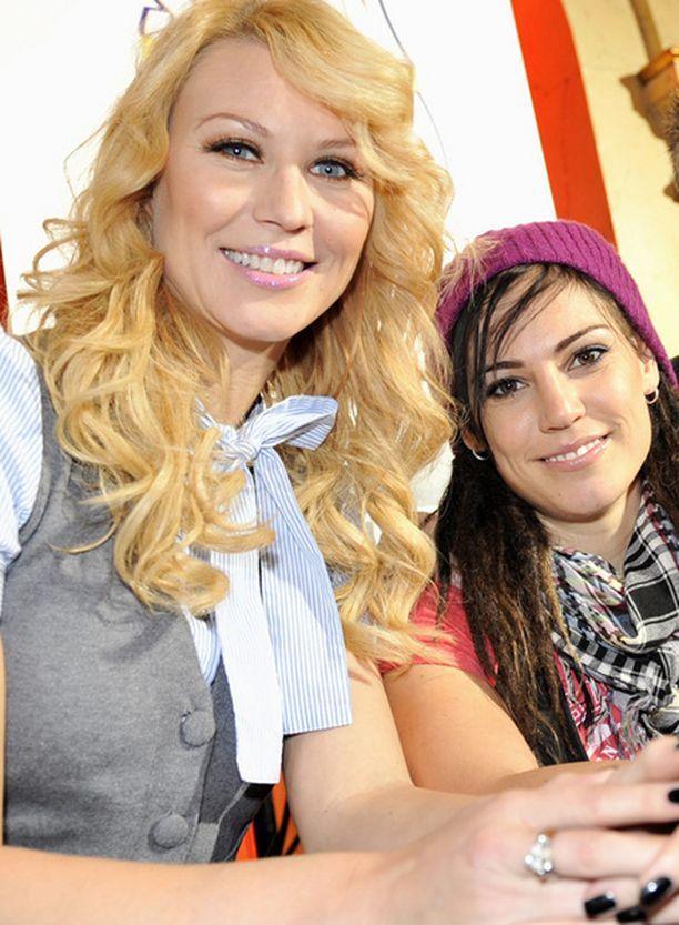 Eva Wahlström ja Heidi Suomi luotsaavat Suurin pudottaja -ohjelmaa yhdessä Jani Sievisen kanssa.