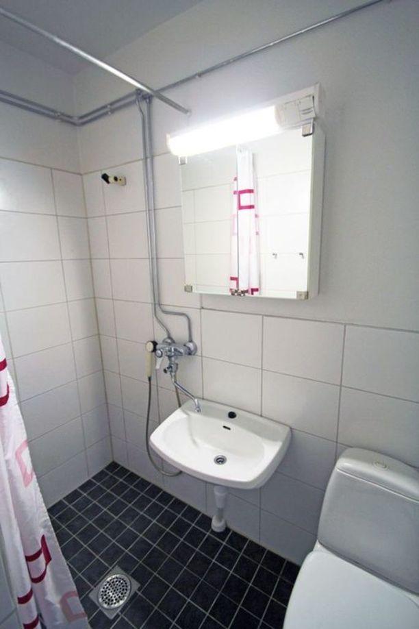 Kylpyhuoneessa ei ole paikkaa pesukoneelle, mutta taloyhtiössä on pesutupa.