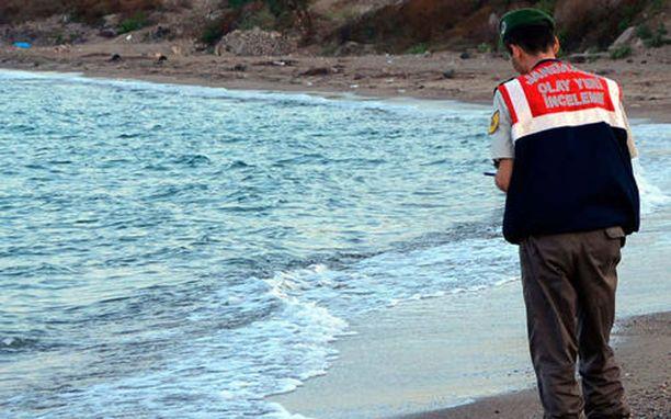 Turkkilaiselle rannalle ajautuneen Aylan Kurdin kohtalo liikutti. Nyt ranskalaislehti yrittää herätellä ihmisiä ymmärtämään, etteivät kaikki pakolaiset ole kourijoita.