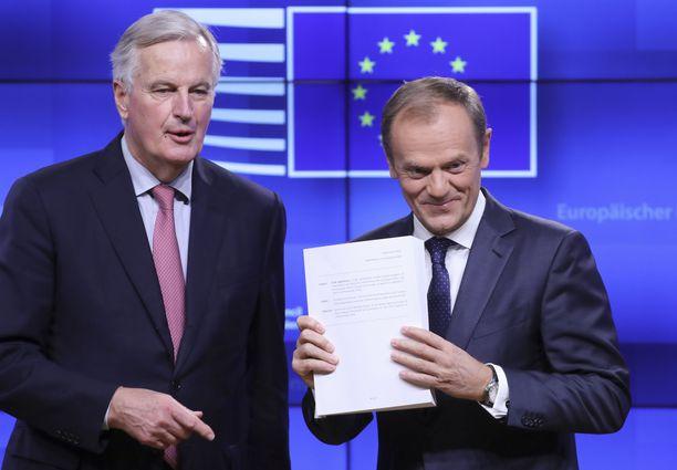 EU:n pääneuvottelija Michel Barnier (vas.) ja Eurooppa-neuvoston puheenjohtaja Donald Tusk esittelivät Britannian kanssa solmittua alustavaa sopimusta torstaina aamulla.