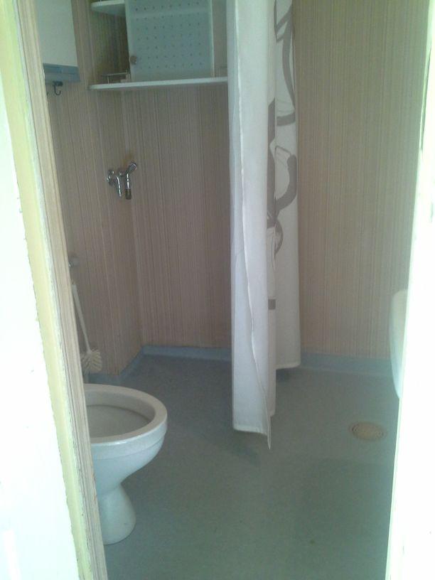 Vessan ja suihkun käyttöä helpottaa pimeys tai likinäköisyys, Salvano kuvaa.