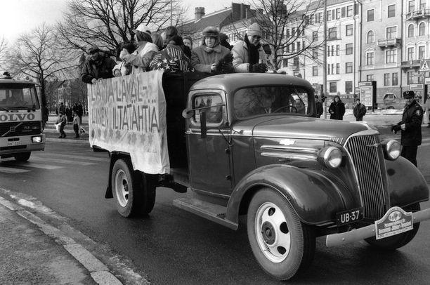 """""""Lamalavallinen iltatähtiä"""", julistettiin penkkareissa Suomen talouden painuessa lamaan vuonna 1992."""
