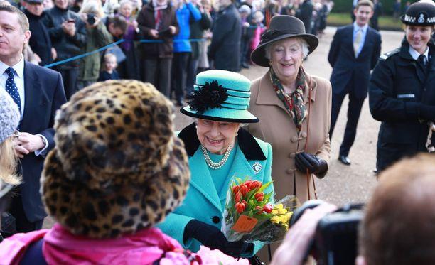 Kuningatar osallistui sunnuntaina jumalanpalvelukseen, jonka yhteydessä hän tervehti kansalaisia. Kansansuosio on vankka.