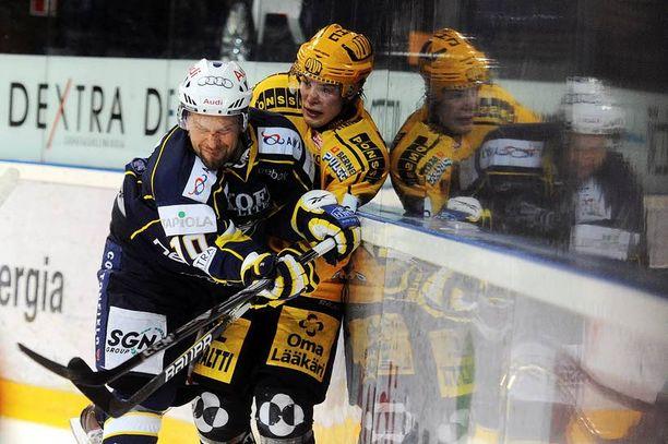 Jere Karalahti (vas.) on päävalmentajan mukaan kunnossa. Taklauksen kohteena tässä KalPan Kalle Kerman.