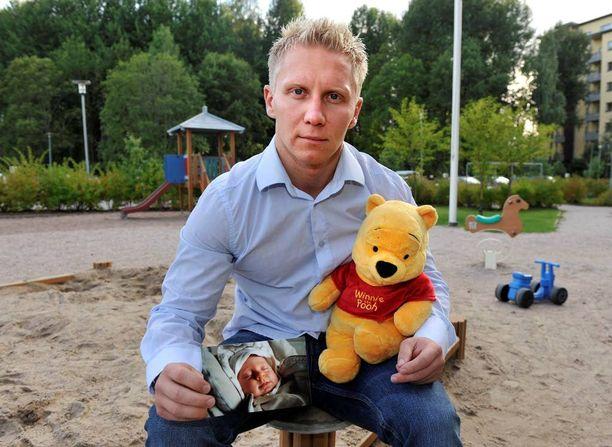 Mikael Jämsäsellä on Emma-tyttärestään muistona vain vauvakuvia.