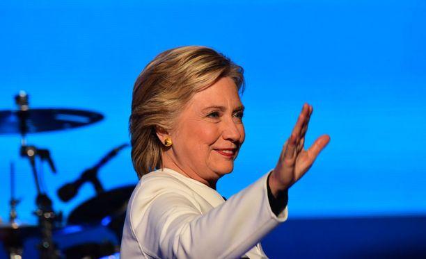 Yhdysvalloissa pörssikurssit nousivat Wall Streetillä maanantaina yli kaksi prosenttia sen jälkeen, kun FBI ei löytänyt Hillary Clintonin sähköposteista aihetta syytteille.