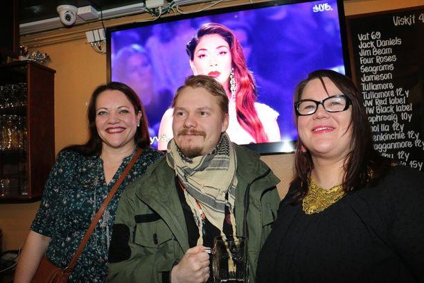 Anu Levä, Saku Saastamoinen ja Kirsi Roberts kannustavat Saara Aaltoa Heinäpään Oluttuvalla Oulussa.
