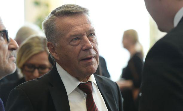 Ahde valittiin Sdp:n kansanedustajaksi Oulun läänin vaalipiiristä vuonna 1970.
