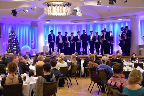 Tromssan mieskuoro esitti Finlandian ja Maamme-laulun suomalaisyhteisölle.