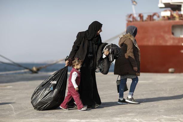 Kreikka on tiukentanut turvapaikkasäädöksiä. Kuva Elefsinan satamasta, jonne tuotiin Kreikan saarten pakolaisleireillä olleita 22. lokakuuta.