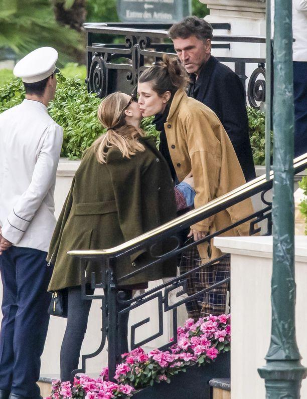 Charlotte ja hänen kälynsä Beatrice Borromeo näyttävät mallia ranskalaisesta poskisuudelmasta lounastapaamisellla Hotel De Parisissa Monacossa 3.11.2018.