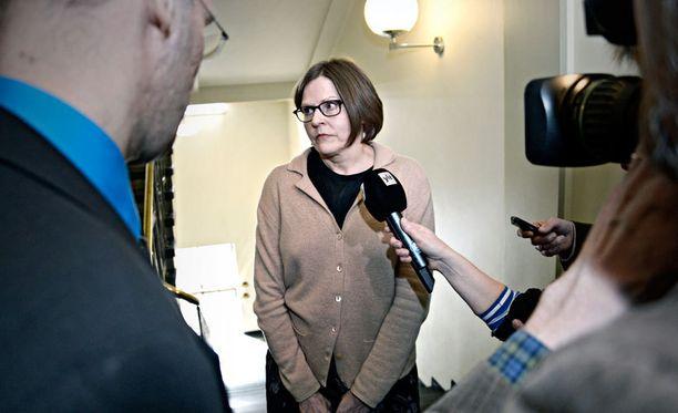 Heidi Hautala sanoo maksaneensa remonttimiehelle satasen, osalliset puhuvat tuhannesta eurosta.
