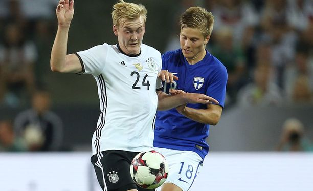 Jere Uronen pysäyttää Saksan Julian Brandtin.
