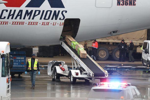 Suuri maskilähetys saapui torstaina Kiinasta Bostoniin Patriotsin lentokoneella.