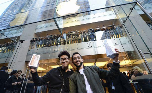 Tunnelmia Sidneyn Apple-kaupan edustalta.
