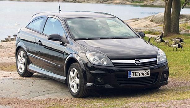 Opel Astra on saanut naamatauluunsa lisää huomioväriä, eli kromia – vähän Helsingin valkoposkihanhien malliin