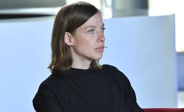 Vasemmistoliiton puheenjohtaja ja hallituksen johtoviisikon jäsen Li Andersson edellyttää, että hallitus toteuttaa maakuntaveron osana sote-uudistusta. Keskustan puheenjohtaja Annika Saarikko vastustaa tätä.