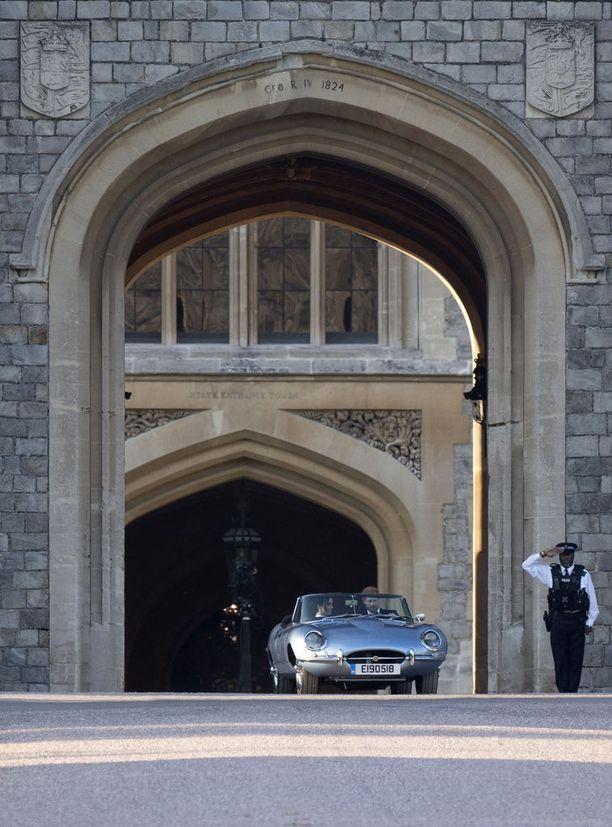 Upean Jaguarin rekisterikilpeen oli kaiverrettu avioparin hääpäivä.