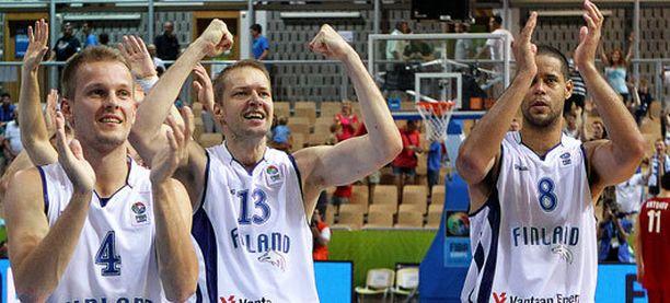 Mikko Koivisto (vas.) Hanno Möttölä ja Gerald Lee jr. juhlivat jatkopaikkaa.
