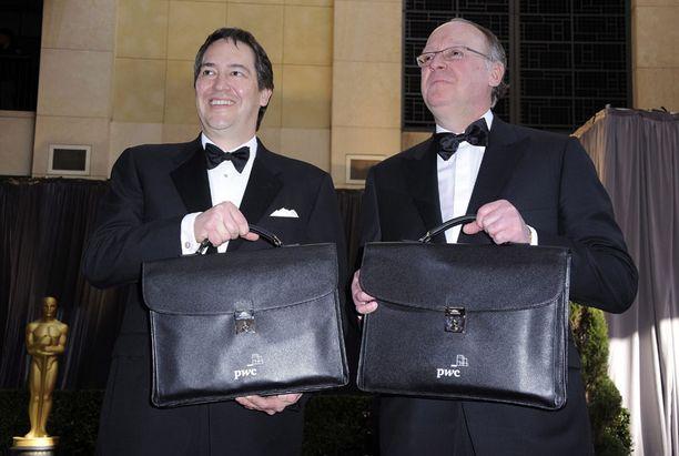 Pricewaterhouse Coopersin edustajien salkut kätkevät sisäänsä Oscareiden tulokset.