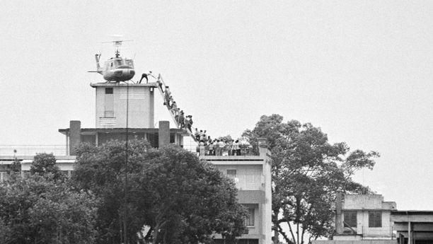 CIA:n lentäjä evakuoi ihmisiä Saigonista 30. huhtikuu 1975. Kaikkia ei keritty viemään turvaan.