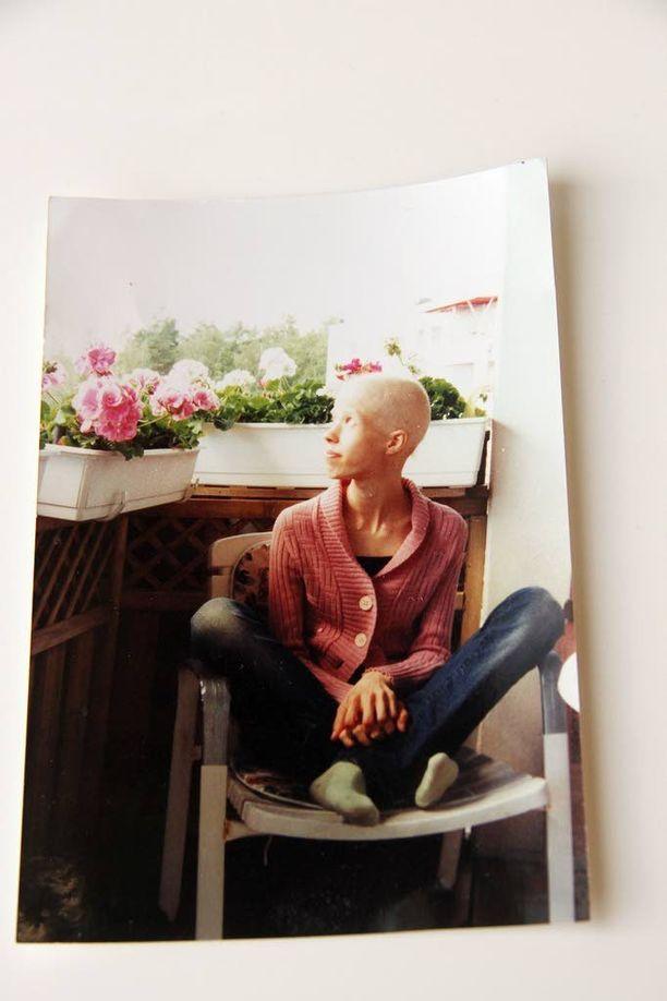 Kesällä 2008 peilistä katsoi aivan vieras ihminen. Anna-Elina Rahikaisen hiukset ja ripset olivat lähteneet rankkojen hoitojen seurauksena ja painoa oli hädin tuskin 40 kiloa.