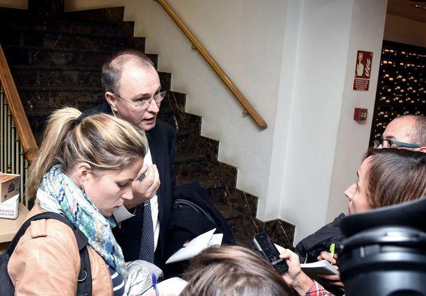 Janitskinin puolustusasianajaja Emili Campos Arauz selitti oikeuden istunnon käänteitä paikalla olleelle andorralaismedialle.