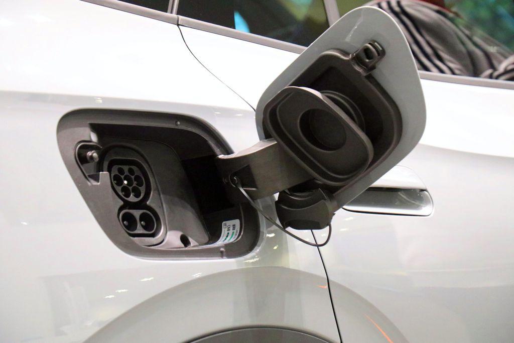 Mistä virtaa, kun sähköautoilu yleistyy? Suomen latauspaikkojen määrä huolettaa niin tavallista autoilijaa kuin autoalaakin.