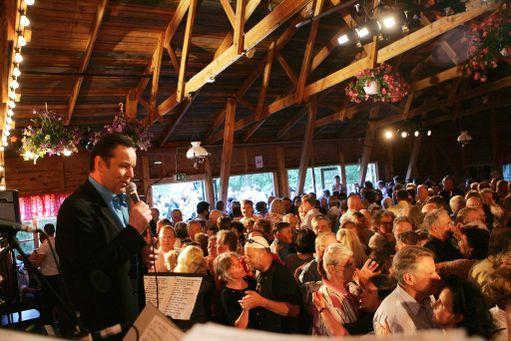 Tapani Kansa tanssitti kansaa Lempäälässä Nurmena lavalla kesällä 2007 Kesäillan valssissa.