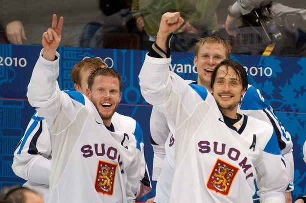 Teemu ja Saku Koivu tuulettavat Suomi-Slovakia-ottelun jälkeen vuonna 2010. Suomi voitti olympiapronssia.