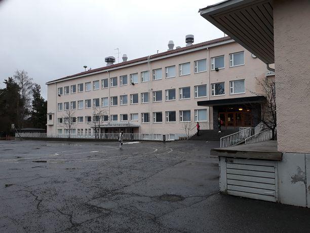 Koulupiha on tyhjä. Maanantaina Urpolan alakoululla Mikkelissä kävi vanhempia hakemassa lastensa oppikirjoja sekä muutama lapsi, joita tieto koulunkäynnin siirtymisestä kotiin ei ollut tavoittanut.