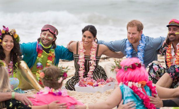 Meghan ja Harry tapasivat rannalla paikallisia.